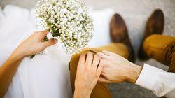 Frau und Mann treffen sich zum ersten Mal am Flughafen – Stunden später heiraten