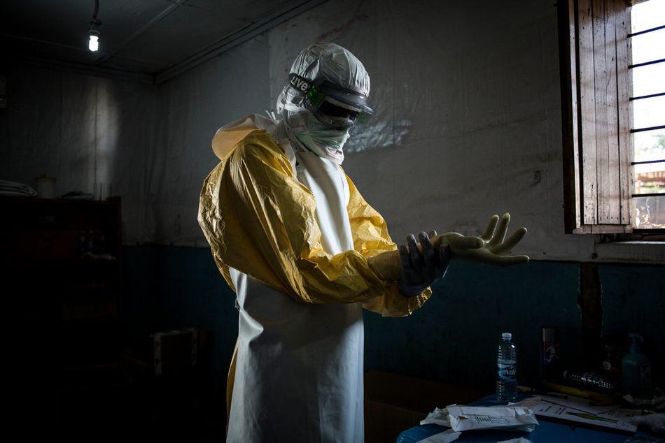 Ένας εργαζόμενος υγείας ελέγχει τον ατομικό εξοπλισμό προστασίας του πριν μπει στην κόκκινη ζώνη ενός θεραπευτικού κέντρου Έμπολα που υποστηρίζεται από τους Γιατρούς Χωρίς Σύνορα για να ελέγξει τους ασθενείς. (Νοέμβριος 2018)