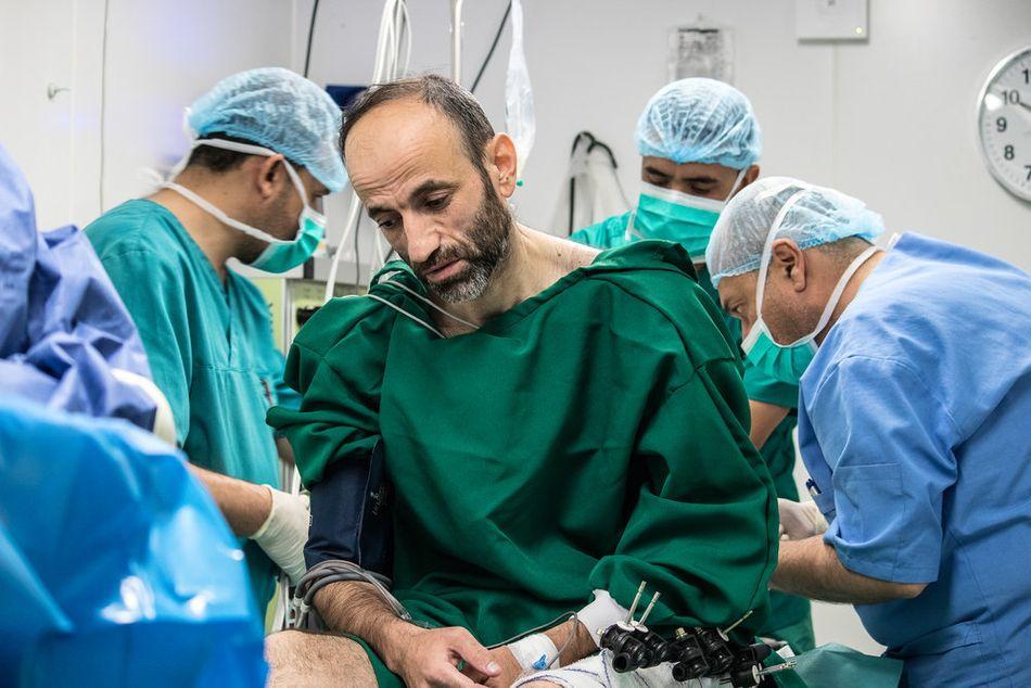 Ο Νασουάν, 42 ετών, προετοιμάζεται για χειρουργική επέμβαση στη δομή μετεγχειρητικής φροντίδας των Γιατρών Χωρίς Σύνορα. Είναι ένας από τους πολλούς τραυματίες πολέμου που ακόμη προσπαθούν να γίνουν καλά, έναν χρόνο μετά το επίσημο τέλος των συγκρούσεων στη Μοσούλη. (Μάιος 2018).