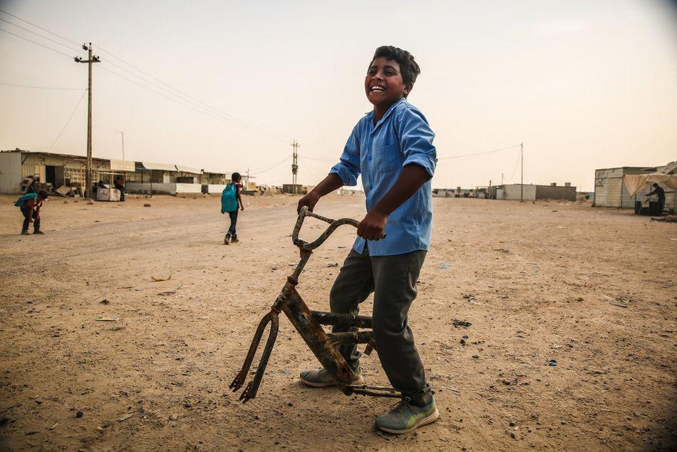 Ο 13χρονος Χαουσιάν και η οικογένειά του, από τη Φαλούτζα, ζουν σε σκηνή τα τελευταία τρία χρόνια. Όταν τον ρωτούν τι θέλει να γίνει όταν μεγαλώσει, απαντάει: «Αν είμαι ζωντανός, θέλω να γίνω γιατρός». (Οκτώβριος 2018)