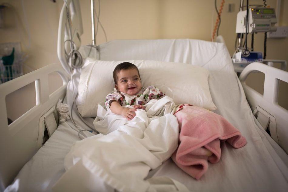 Η Αμάρα, που είναι η μικρότερη από 10 παιδιά, έχει αναπνευστικά προβλήματα από τη γέννησή της. Εισήχθη στην παιδιατρική πτέρυγα που λειτουργούν οι Γιατροί Χωρίς Σύνορα στο δημόσιο νοσοκομείο Ελιάς Χραουί στο Ζάχλε, όπου έμεινε 10 μέρες. Η οικογένεια ζει σε καταυλισμό προσφύγων, ενώ δύο από τα αδέλφια της Αμάρα έχουν σωματικές αναπηρίες που επίσης απαιτούν θεραπεία. (Ιανουάριος 2018)