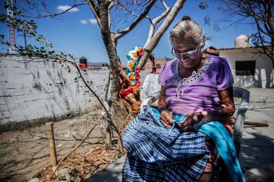 Μια γυναίκα εκτοπισμένη εξαιτίας της βίας ράβει μια τέντα στο Απάχτλα ντε Καστρεχόν της πολιτείας Γκερέρο. (Φεβρουάριος 2018)