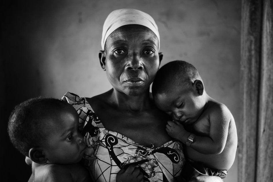 Η Μάμα Καουάλα και τα δύο παιδιά της, που μόλις υποβλήθηκαν σε ιατρικό έλεγχο στο τοπικό κέντρο θεραπευτικής σίτισης στο Λουέμπα. (Μάρτιος 2018)