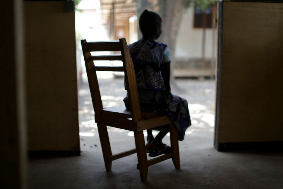 Η Κολέτ, 14 ετών και θύμα σεξουαλικής βίας, στο νοσοκομείο Καστόρ. Βιάστηκε από τον θείο της και τώρα ακολουθεί ιατρική και ψυχολογική θεραπεία που προσφέρουν οι Γιατροί Χωρίς Σύνορα. (Ιανουάριος 2018)