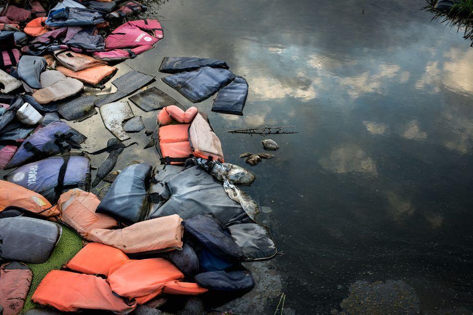 Σωσίβια που άφησαν μετανάστες που έφτασαν στο νησί, σε μια χωματερή στη Λέσβο. (Μάιος 2018)