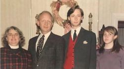 Η παλιά φωτογραφία μιας οικογένειας που έκρυβε κάτι που δεν είχαν προσέξει τόσα