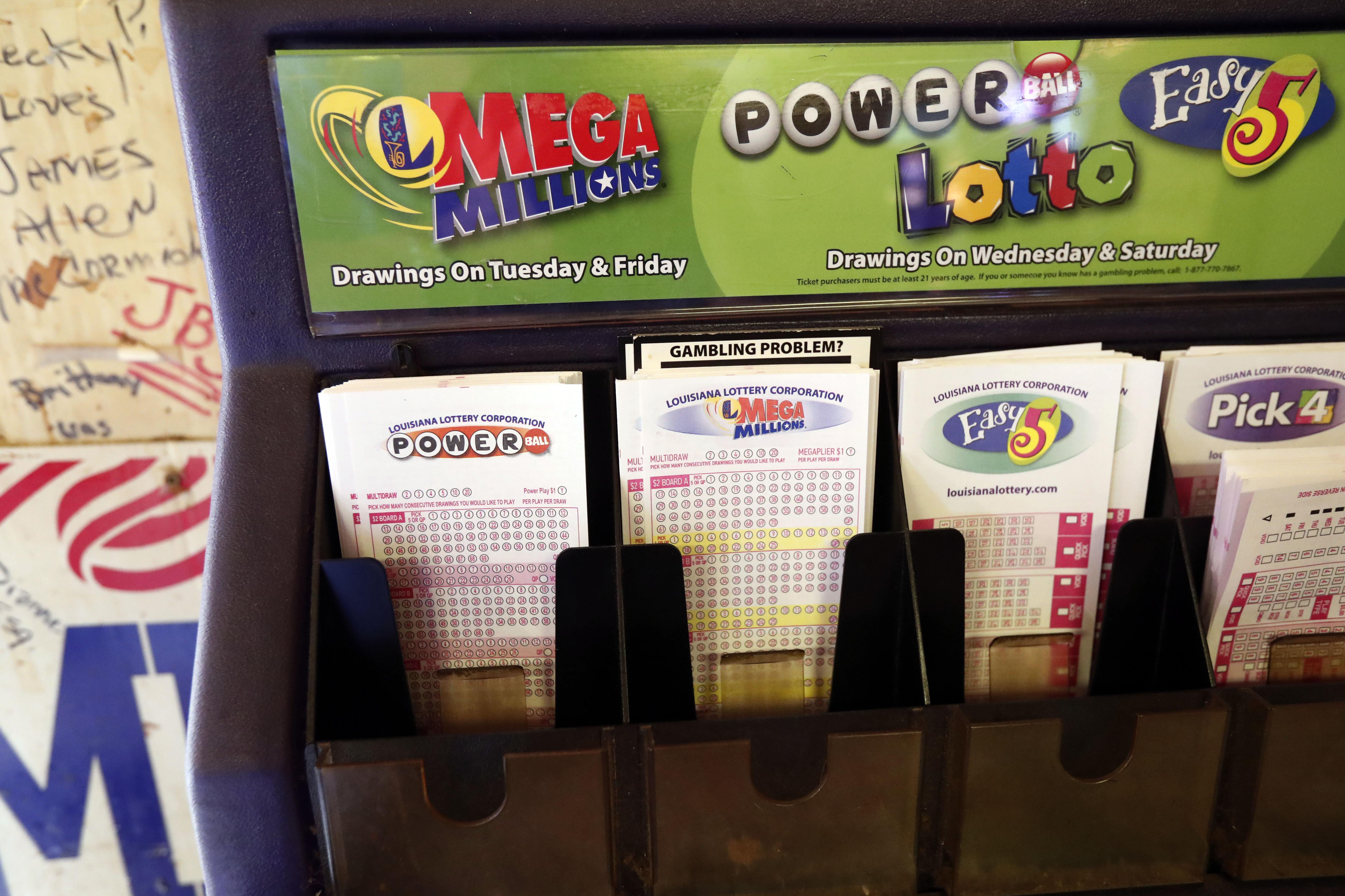 ARCHIVO- La imagen de archivo del martes 23 de octubre de 2018 muestra boletas de lotería en un mostrador de Louisiana Mega Millions, Powerball y otros juegos en The World Bar and Grill, en Delta, Luisiana. (AP Foto/Rogelio V. Solis, archivo)