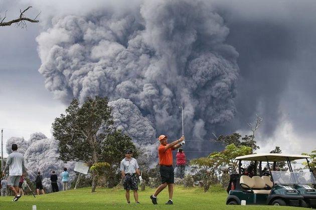 Οι άνθρωποι συνεχίσουν να παίζυον γκολφ, όσο η τέφρα του ηφαιστείου διογκώνεται. Εικοσιέξι σπίτια καταστράφηκαν και περίπου 1,700 κάτοικοι αναγκάστηκαν να εγκαταλείψουν τη διοικητική υποδιαίρεση των κτημάτων Λεϊλάνι,μετά από την έκρηξη του ηφαιστείου Κιλαουέα
