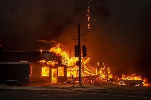 Ένα κατάστημα τυλίγεται στις φλόγες, όσο ο αριθμός των νεκρών ανεβαίνει. Σύνολο, 85 νεκροί.