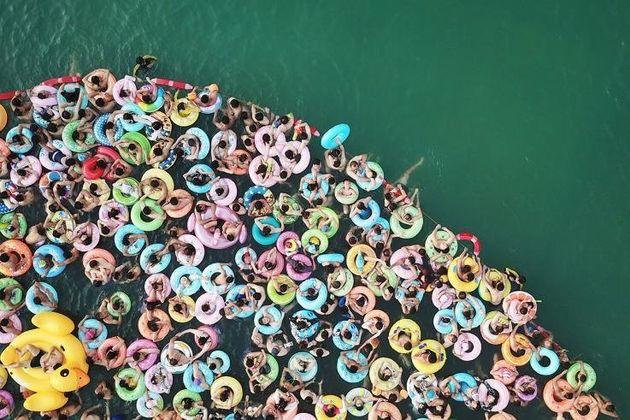 Άνθρωποι δροσίζονται με τα σοσίβιά τους σε πισίνα της επαρχίας Γιάνκγσου