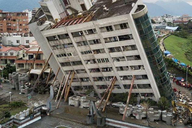Ένα κτίριο πέφτει. Δυο νεκροί, δεκάδες τραυματίες και 100 μετασεισμοί που ακολουθούν