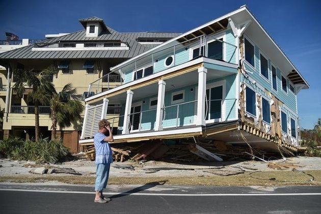 Η γυναίκα βλέπει την περιουσία της να καταστρέφεται μέσα σε μια στιγμή