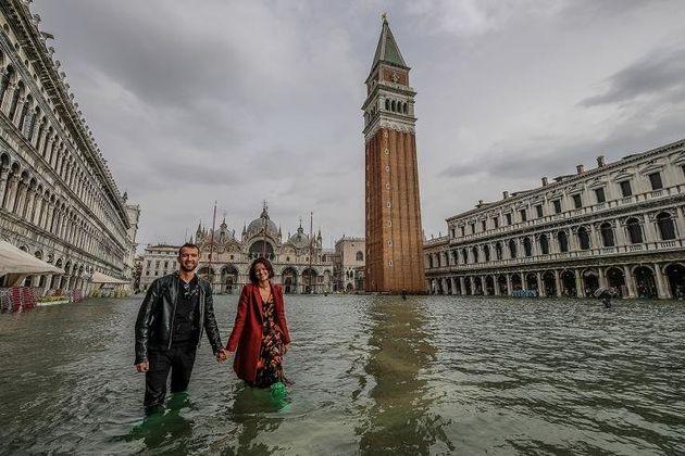 Χαμογελαστοί τουρίστες βουτηγμένοι στα νερά, μάλλον δεν είχαν συνειδητοποιήσει ότι θα μπορούσαν να βρίσκονται σε κίνδυνο