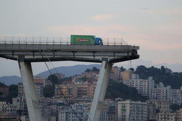 Ένα φορτηγό βρίσκεται στην άκρη της γκρεμισμένης γέφυρας