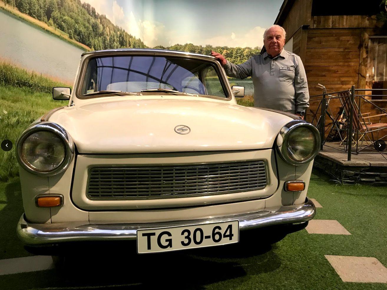 Roland Schulze lehnt an einem Trabant 601 im August Horch Museum in Zwickau.