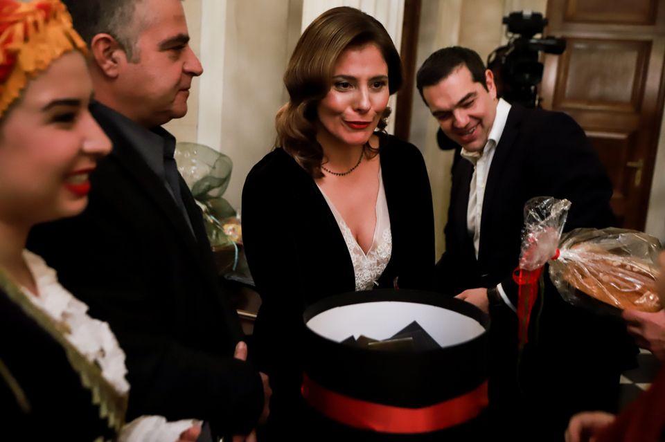 Τα κάλαντα στο Μέγαρο Μαξίμου - Η απίστευτη ντάμα του Τσίπρα και η σικ Μπέτυ Μπαζιάνα