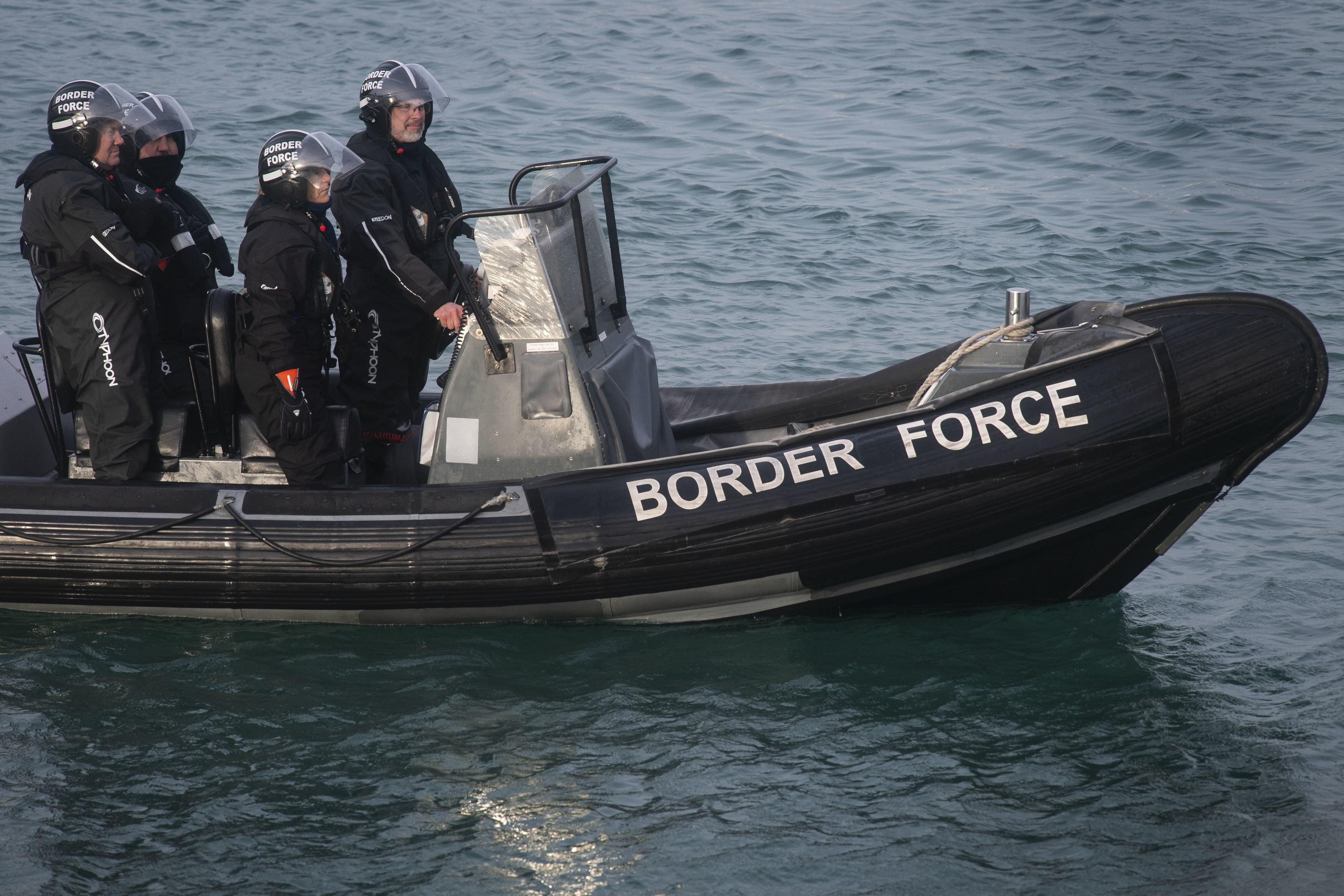 Mitglieder des Grenzschutzes patrouillieren im Hafen von Dover auf einem Schlauchboot.