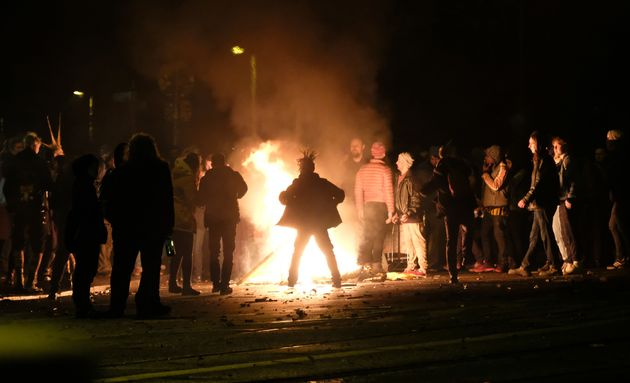 Sachsen,Leipzig: Menschen versammeln sich der Neujahrsnacht an einem Feuer am Connewitzer Kreuz.
