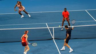 Los suizos Roger Federer y Belinda Bencic, abajo, enfrentan a los estadounidenses Frances Tiafoe y Serena Williams en la Copa Hopman en Perth, Australia, el martes 1 de enero de 2019. (AP Foto/Trevor Collens)