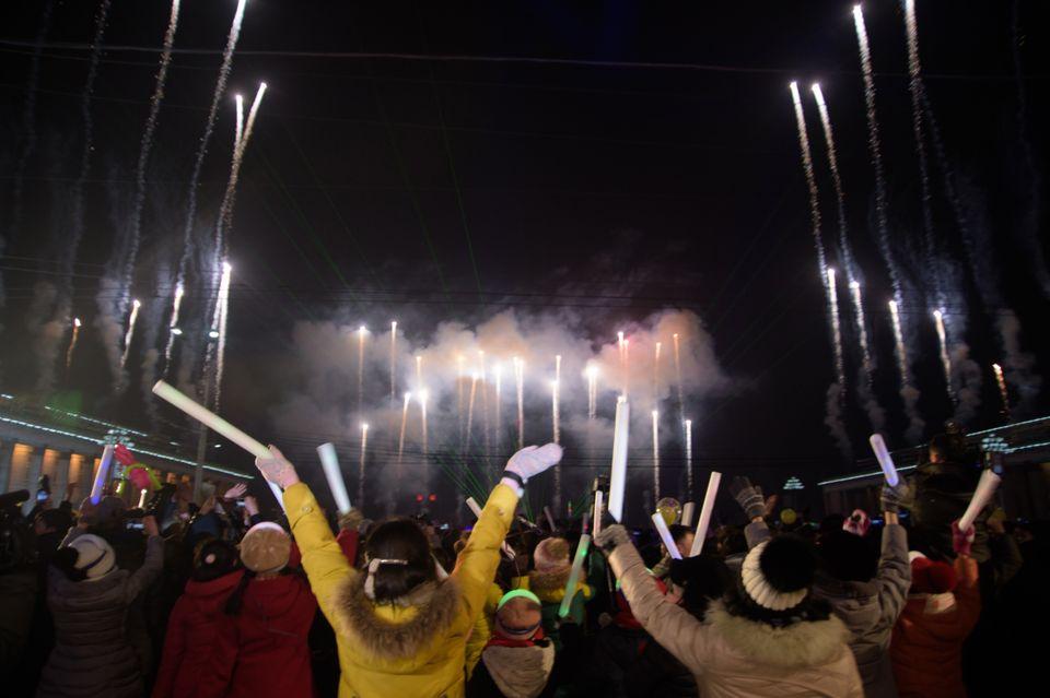 북한 김일성광장에서도 새해를 환영하는 불꽃이