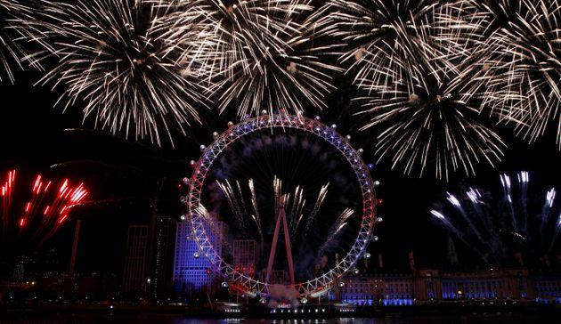 영국 런던 새해맞이 불꽃놀이에 등장한 'EU 조명'