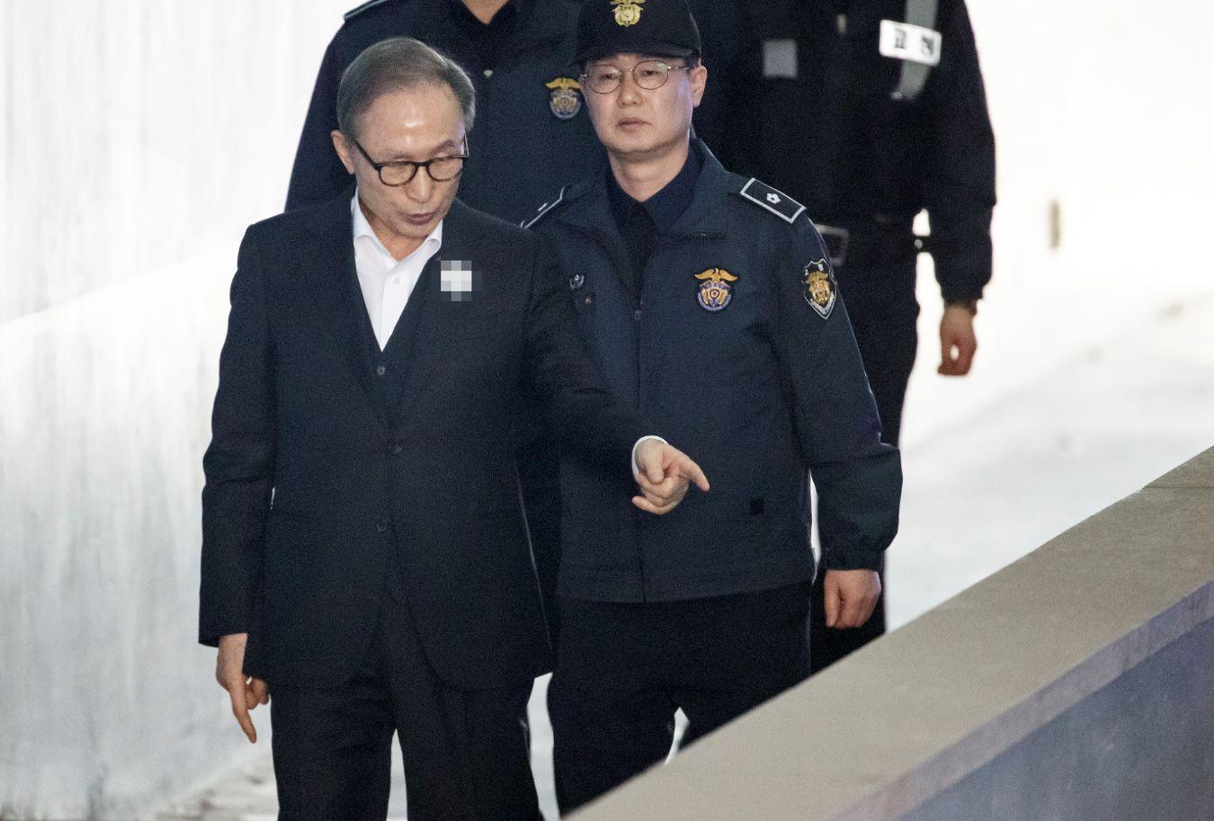 항소심 재판 첫 출석한 이명박을 당황하게 만든