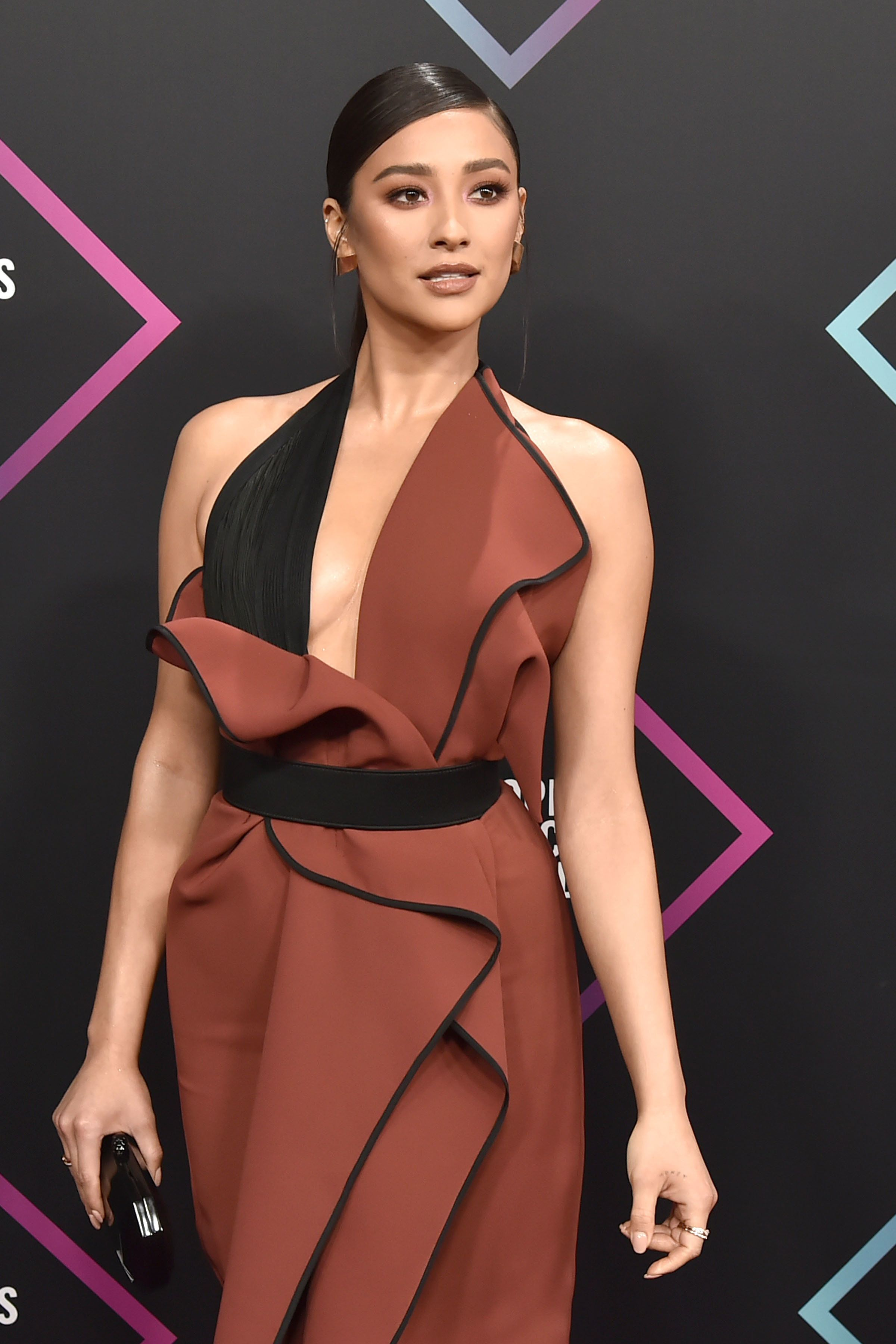 SANTA MONICA, CALIFORNIA - NOVEMBER 11: Shay Mitchell arrives at E! People's Choice Awards at Barker Hangar on November 11, 2018 in Santa Monica, California. (Photo by David Crotty/Patrick McMullan via Getty Images)