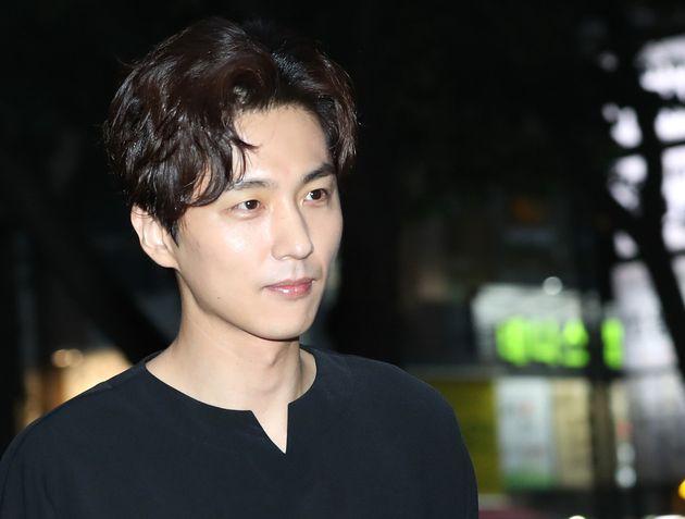 배우 신동욱이 조부가 자신을 상대로 소송을 건 데 대해 입장을