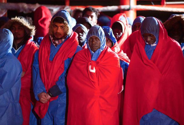 Des migrants secourus en mer attendent à Malaga, Espagne, le 2 janvier