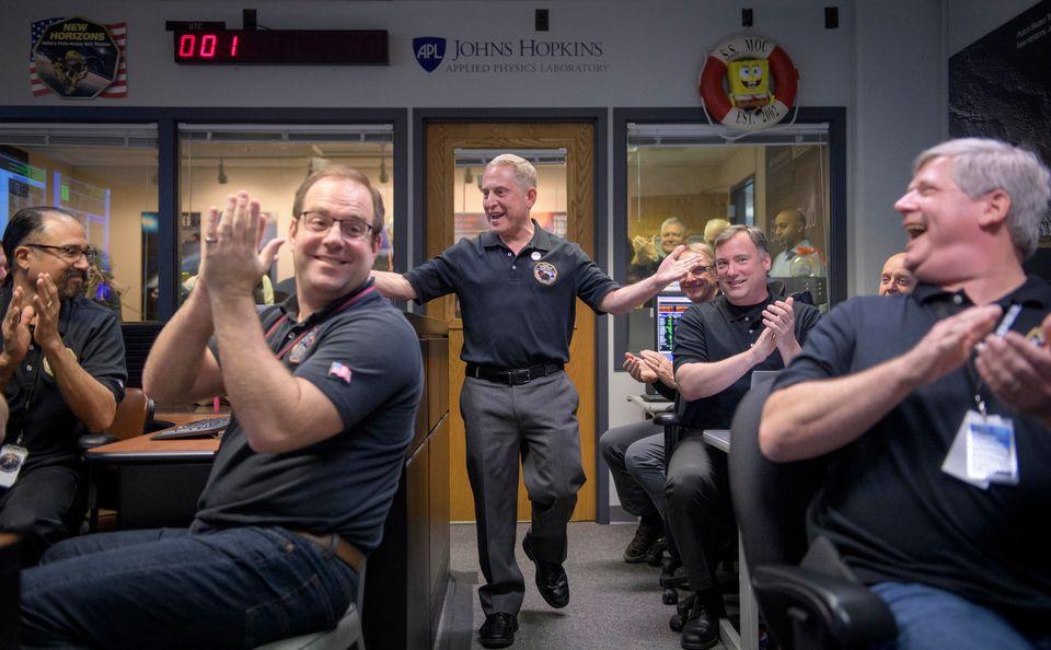 1일 사진이 공개되자 NASA 관제센터의 과학자들이 환호하는