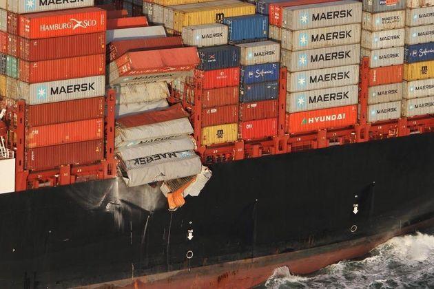 화물선에서 떨어진 컨테이너들이 네덜란드 해변에 물건들을