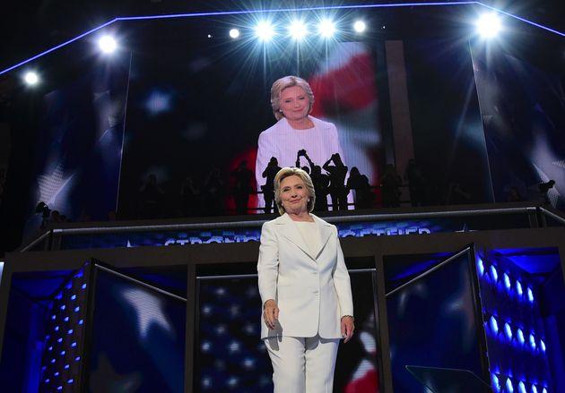 힐러리 클린턴은 2016년 대선후보 수락 연설을 위한 민주당 전당대회 마지막 날, 흰색 옷을 입고 등장했다. 2016년