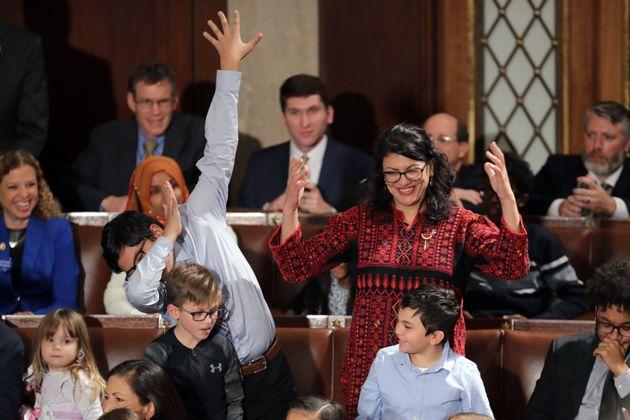 USA: En thobe traditionnel, Rashida Tlaib devient officiellement la première palestinienne au