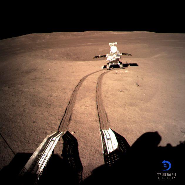 중국의 달 탐사 로봇 '위투 2호'가 이 달의 뒷면에 바퀴자국을