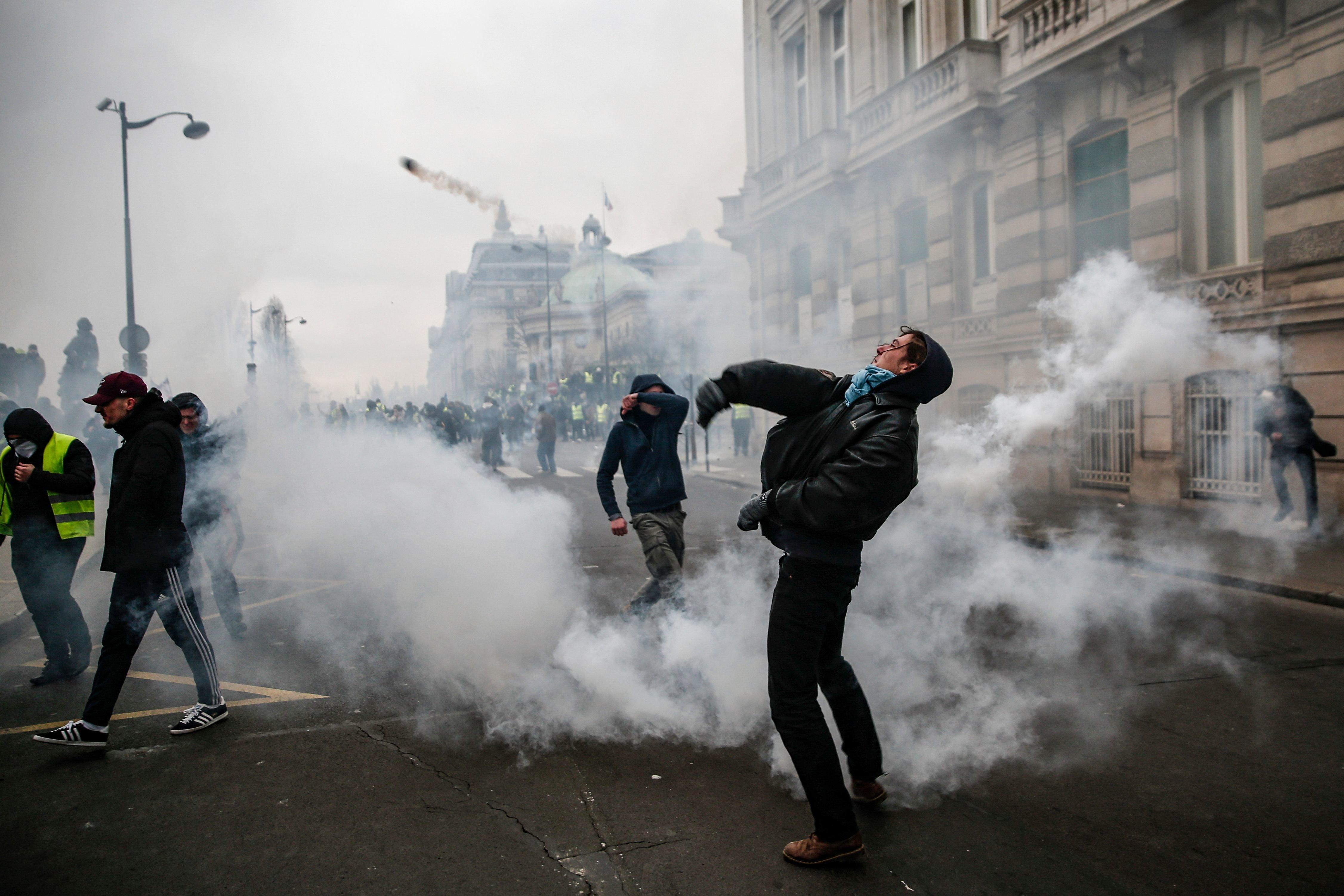 '노란 조끼' 시위대가 프랑스 정부 빌딩을