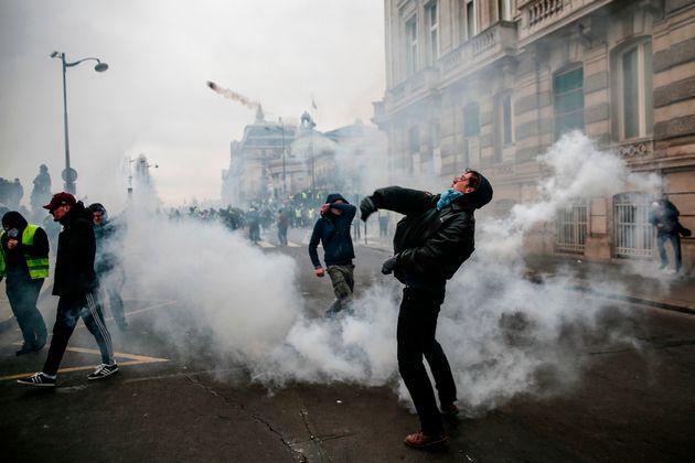 1월 5일 프랑스의 한 시위대가 무언가를 던지고