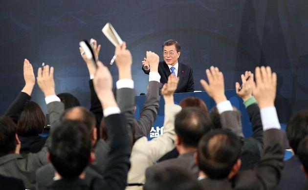 2018년 1월 10일 오전 청와대 영빈관에서 열린 문재인 대통령 신년 기자회견에서 취재진이 질문을 하기 위해 대통령을 향해 손을 들고