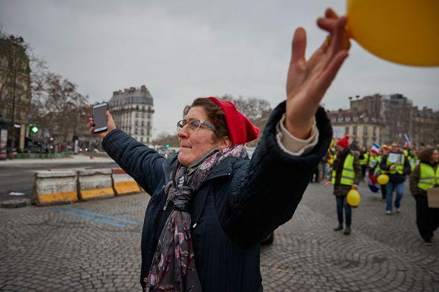 Παρίσι: Οι γυναίκες- μέλη των «Κίτρινων Γιλεκών» στην Πλατεία της