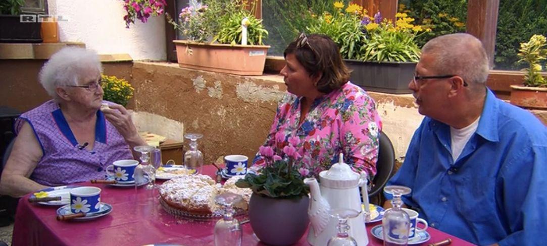 Moderatorin Vera Int-Veen besucht Single Waldemar und seine Mutter.