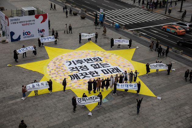 그린유스와 대학생신재생에너지기자단이 광화문 광장에서 재생가능에너지 확대를 요구하는 퍼포먼스를 하고