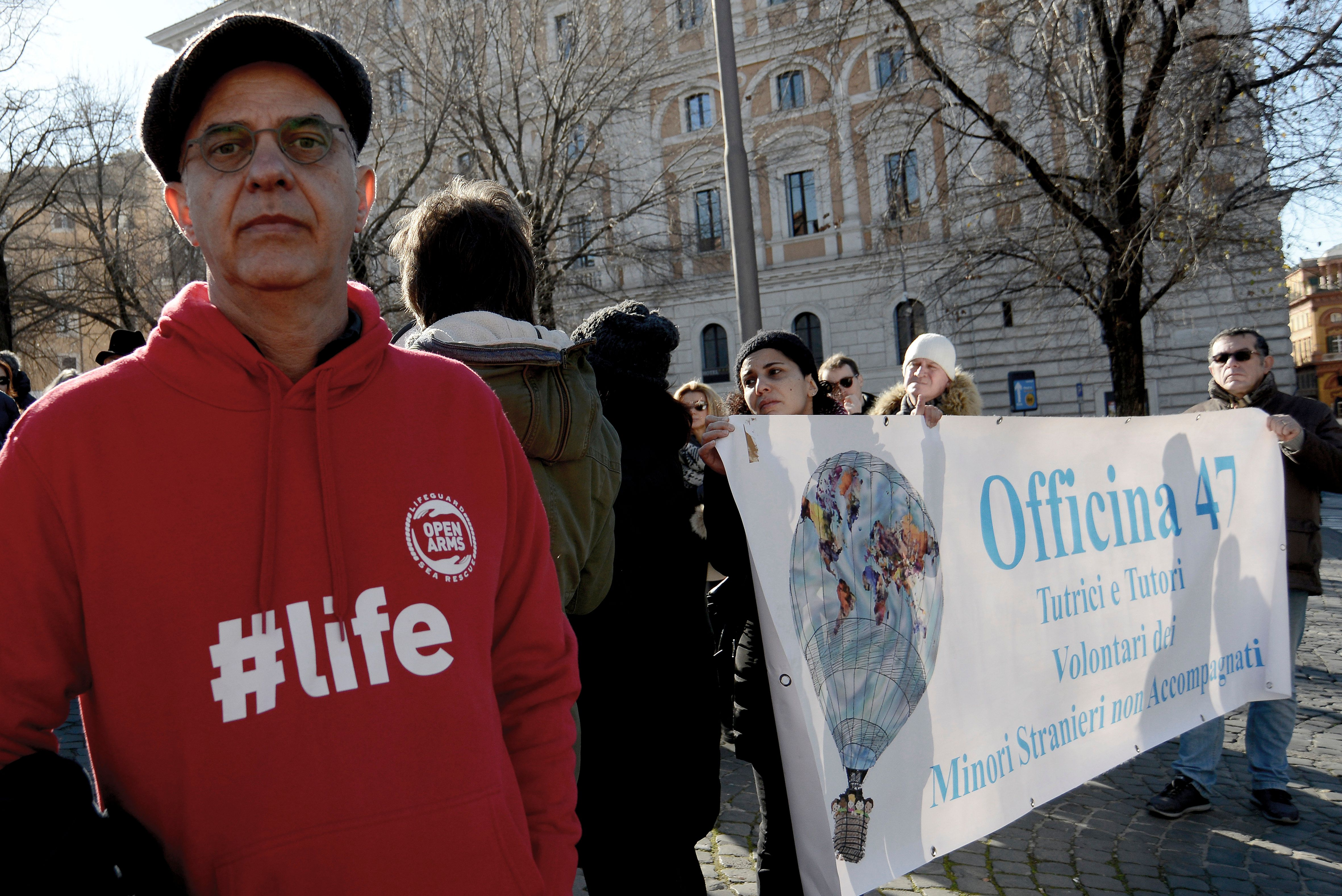 Ein Demonstrant in Rom unterstützt die Seenotrettung von Flüchtlingen.