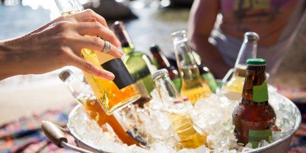 Quando a cerveja estiver parcialmente imersa na água ou no gelo do cooler ou do balde, gire-as de vez...