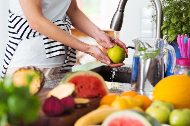 A melhor maneira de lavar frutas, legumes e verduras para se livrar dos agrotóxicos | HuffPost Brasil Comida