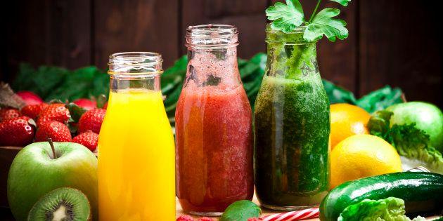 O suco, feito com couve e outros diferentes ingredientes, é fonte de fibras, vitaminas, minerais, clorofila,...