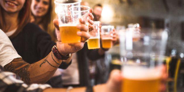 A descoberta surpreendeu a todos: justamente dois dos hábitos que ajudaram os pacientes a viverem mais foram beber álcool e café todos os dias.