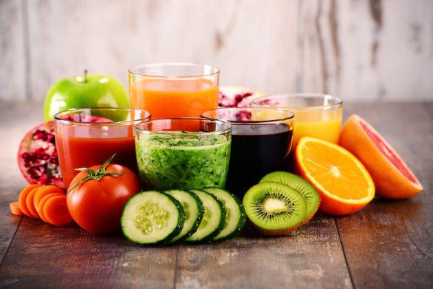 Saladas, vitaminas de frutas e sucos podem ajudar a balancear a ingestão de