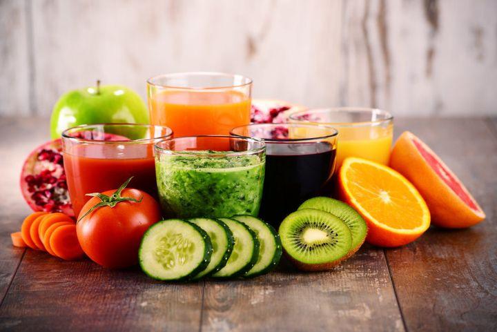 Saladas, vitaminas de frutas e sucos podem ajudar a balancear a ingestão de nutrientes.