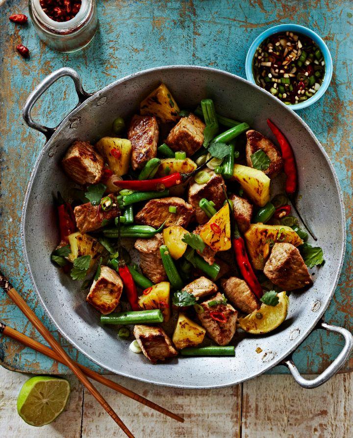 Vegetais salteados com proteína magra e arroz integral é uma combinação campeã.