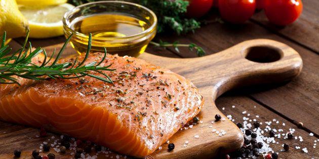 O ômega 3, presente no salmão, regula o nível de componentes fundamentais para a saúde do cérebro: o EPA e o DHA.