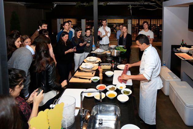 Conheça o Cooking Lessons, evento que ensina pessoas comuns a replicarem pratos de restaurantes famosos...